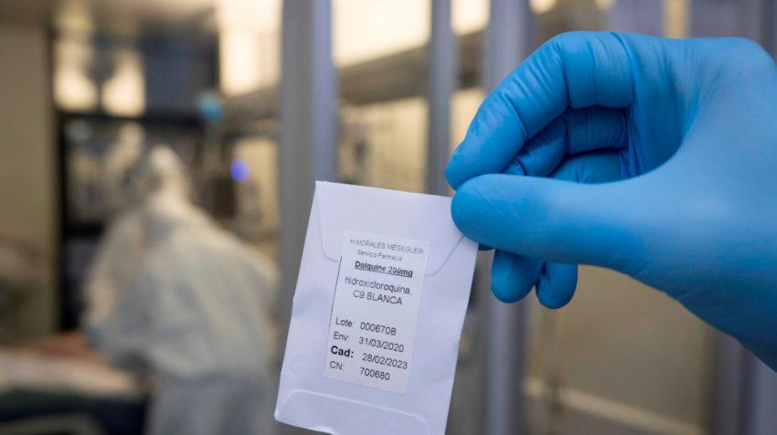 Una enfermera de la unidad de cuidados intensivos (UCI), del hospital universitario Morales Meseguer de Murcia, muestra el 25 de abril de 2020 una dosis de hidroxicloroquina, un medicamento utilizado contra la malaria.