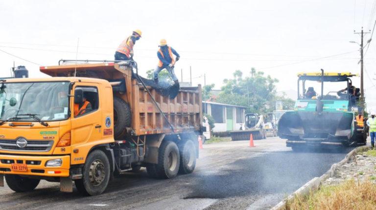Personal del Municipio de Lago Agrio realiza trabajos de asfaltado en la vía La Laguna, el 4 de junio de 2020.