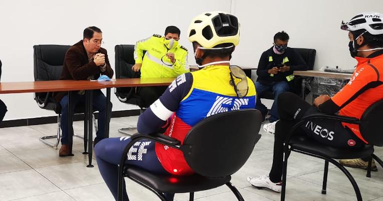 Los ciclistas, en un encuentro con las autoridades judiciales del Carchi.
