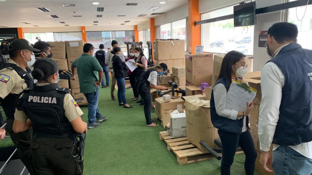 Autoridades encuentran 50.000 mascarillas en un gimnasio de Guayaquil