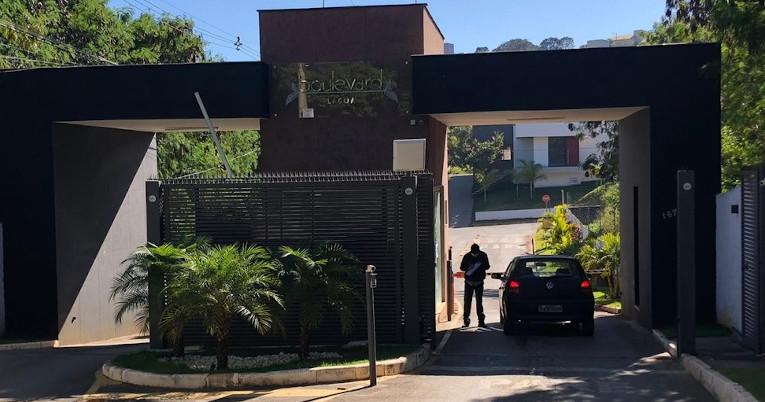 Entrada principal del Condominio donde vive Cazares, en Lagoa Santa.