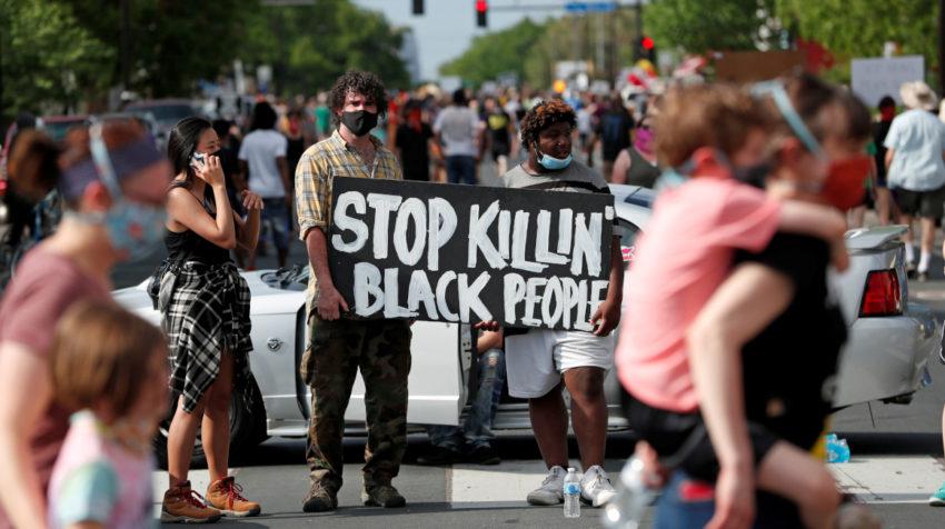 Manifestantes se reúnen en la escena donde George Floyd, un hombre afroamericano desarmado, fue arrestado por agentes de policía antes de morir en un hospital en Mineápolis, Minnesota, Estados Unidos, el 26 de mayo de 2020.