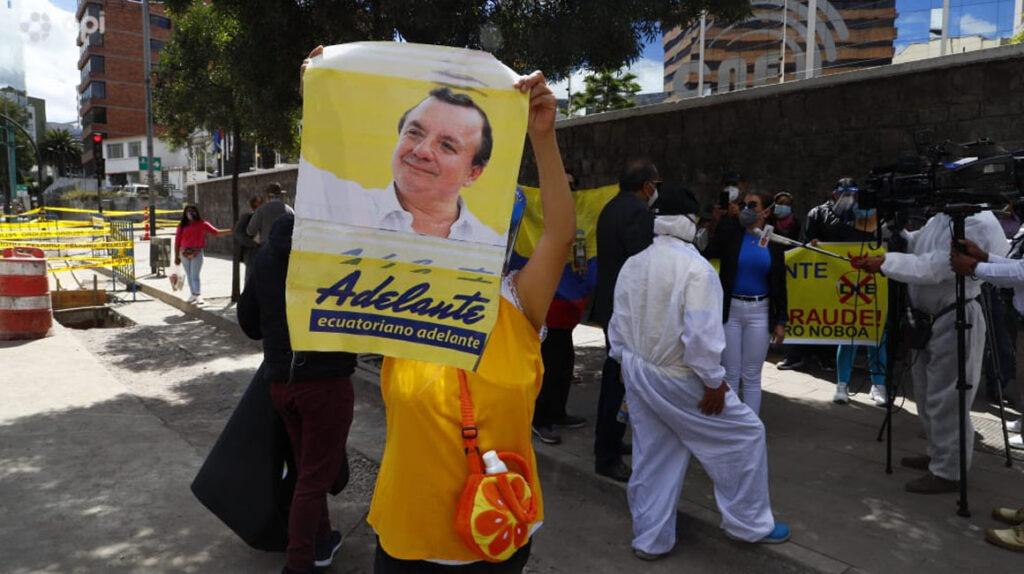 Los seguidores de Álvaro Noboa protestan afuera del CNE