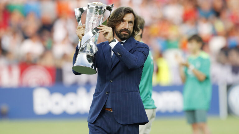 Andrea Pirlo mostrando el trofeo antes del partido final del Campeonato de Europa Sub 21 de la UEFA 2019 entre España y Alemania, en el Stadio Friuli en Udine, Italia.