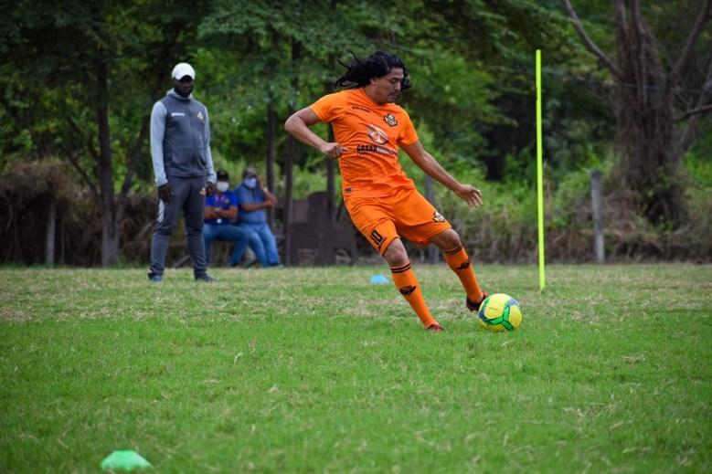 Álex Colón, vistiendo el número 10 del Libertad FC, durante un entrenamiento.
