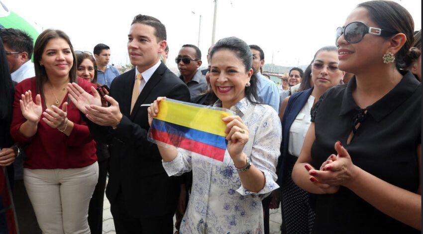 Iván Espinel junto a María Alejandra Vicuña (de rojo) y la primera dama, Rocío González, en un  evento social en julio de 2017.