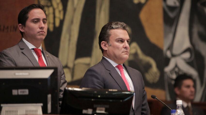 Daniel Mendoza junto a José Serrano en la sesión del Pleno de la Asamblea, el 6 de junio de 2017.