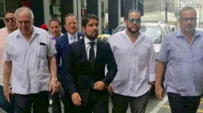 Jacobo Bucaram (con gafas) acompaña a su hermano Abadalá (con corbata) a presentar una denuncia, en septiembre de 2017.