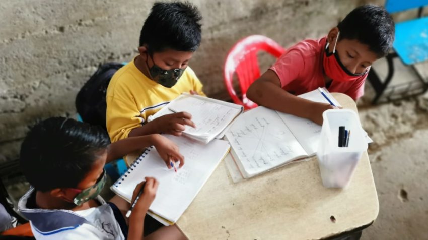 Tres niños asisten a una  escuela improvisada en Monte Sinaí, en Guayaquil, el pasado 22 de julio de 2020.