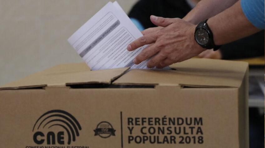 Una persona vota en la consulta popular del 4 de febrero de 2018.
