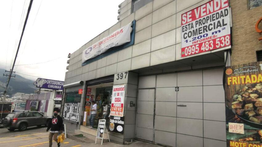 Anuncio de venta de un local comercial en la avenida Diego Vázquez de Cepeda, en el norte de Quito, el 22 de junio de 2020.