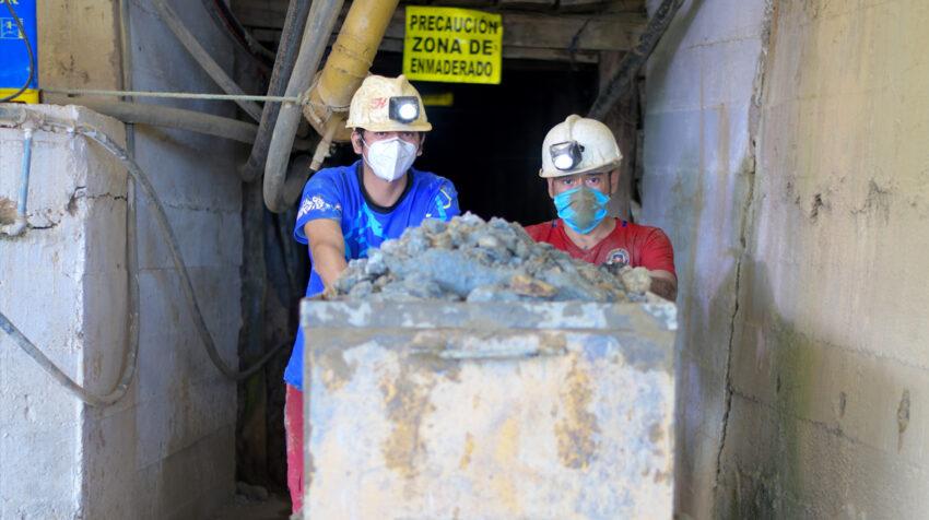 Dos trabajadores en una mina de Portovelo, El Oro, el 21 de julio de 2020.