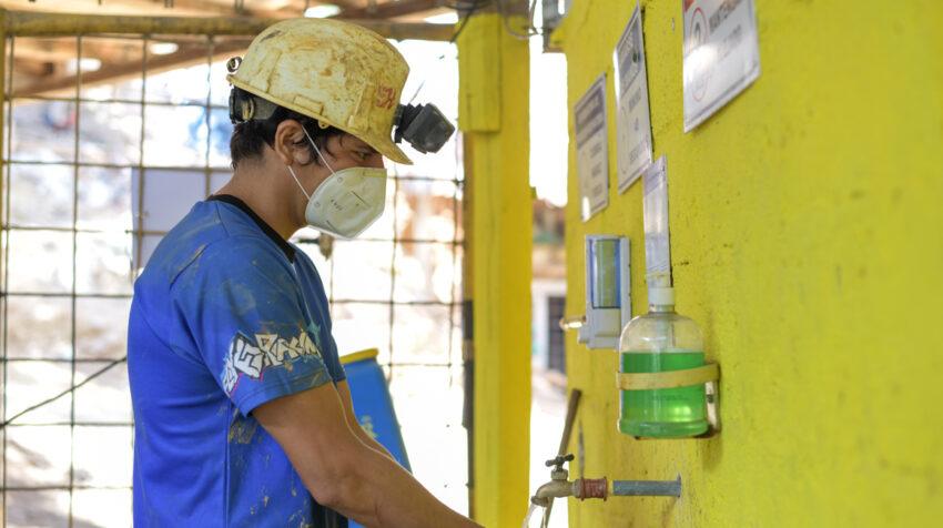 Un trabajador minero cumple el protocolo de bioseguridad, el 21 de julio de 2020, en una empresa de Portovelo.