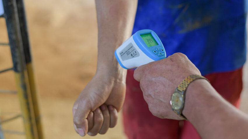 A los trabajadores mineros en Portovelo le toman la temperatura a diario, al ingresar a sus actividades.