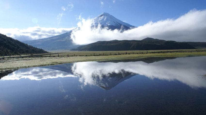El volcán Cotopaxi visto desde la laguna de Limpiopungo.
