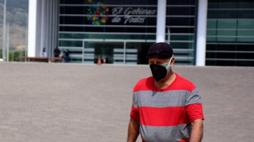 Un hombre busca atención para sus familiares en el hospital de especialidades de Portoviejo, el 20 de julio de 2020.