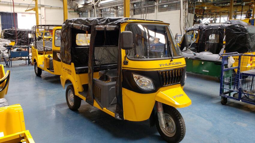 Proceso de ensamblaje de un motocarro en la planta de Metaltronic, en julio de 2020.