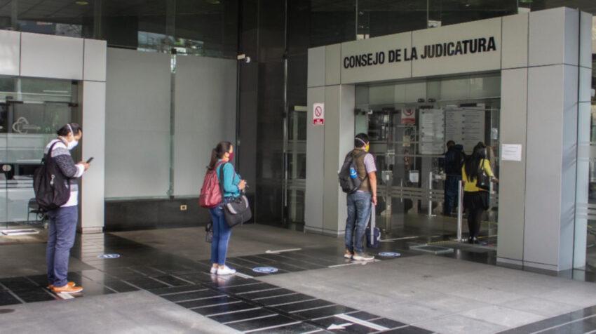Controles de bioseguridad en el ingreso al edificio del Consejo de la Judicatura en Quito, el 17 de julio de 2020.