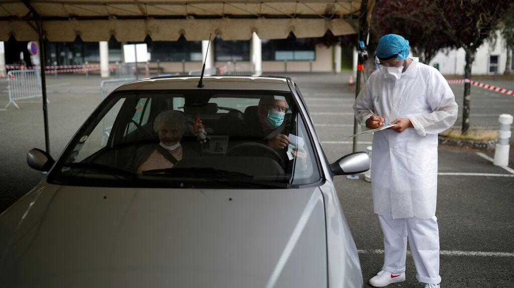 Francia acelera uso obligatorio de mascarillas ante temor por rebrote