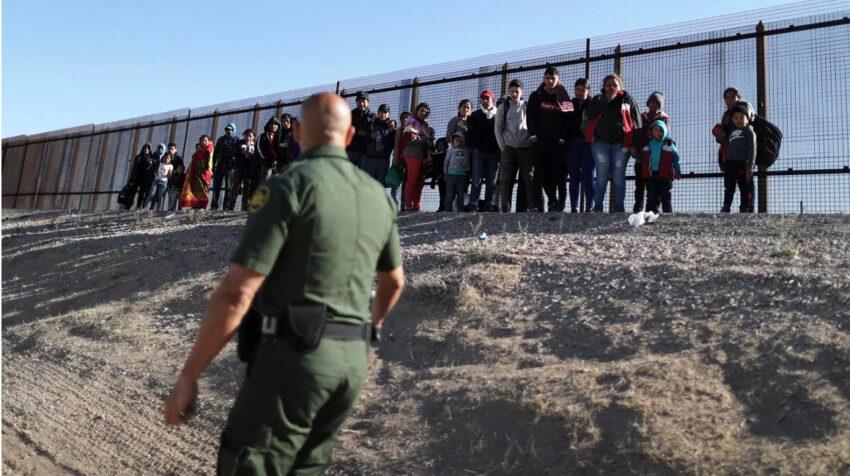 Un grupo de inmigrantes tratando de cruzar la frontera entre México y Estados Unidos, en marzo de 2019.