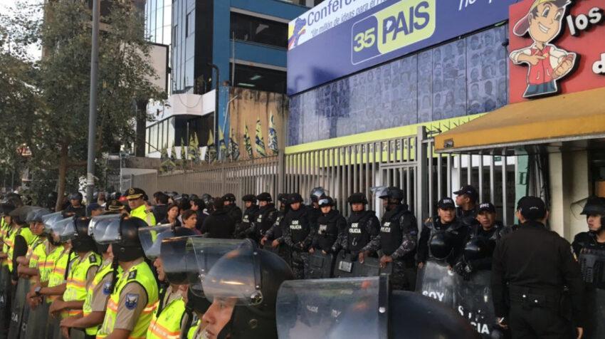 Dos cordones de policías custodian sede de Alianza PAIS, en Quito, por las manifestaciones en contra del Gobierno en abril de 2016.