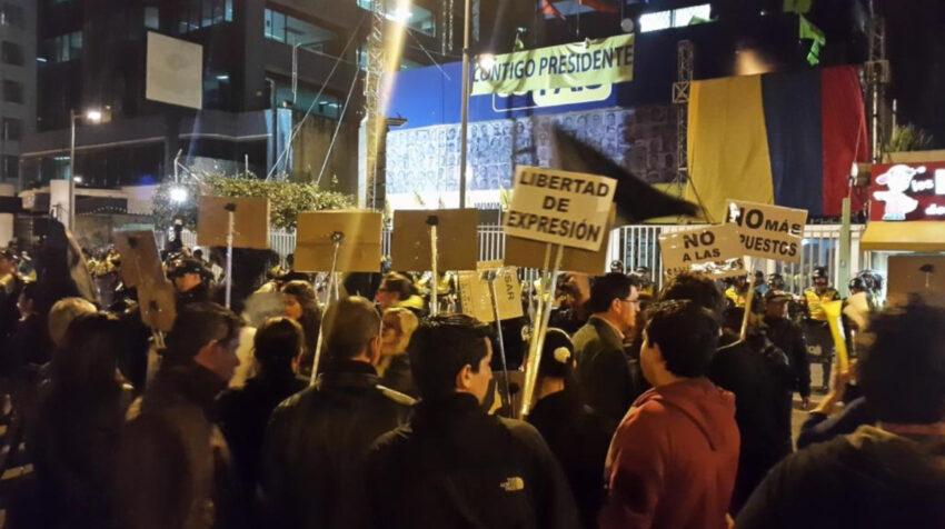 Manifestaciones en contra del entonces presidente Rafael Correa, afuera de la sede de AP en Quito, el 16 de junio de 2015.