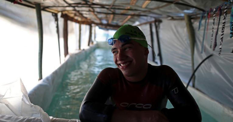 Sebastian Galleguillo entrena en la piscina de su casa, en Florencio Varela, Buenos Aires.