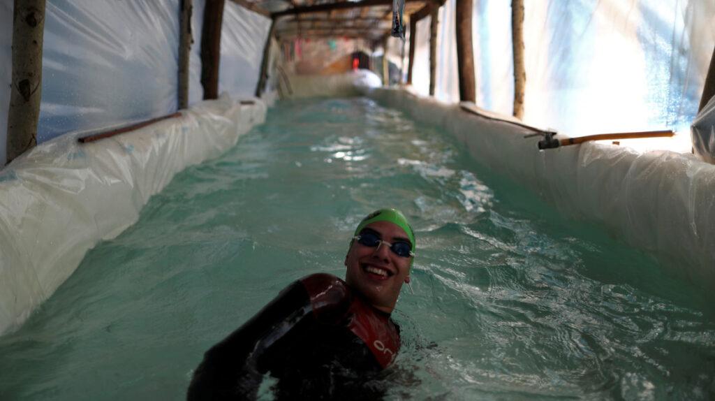 Nadador argentino armó una piscina con troncos para entrenar en cuarentena