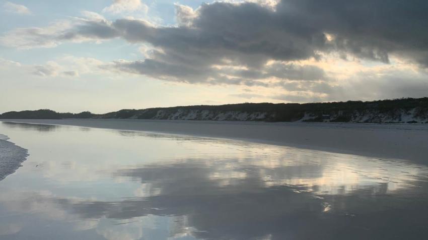 La playa de arena blanca de Tortuga Bay, en Santa Cruz, es uno de los sitios de visita más populares.