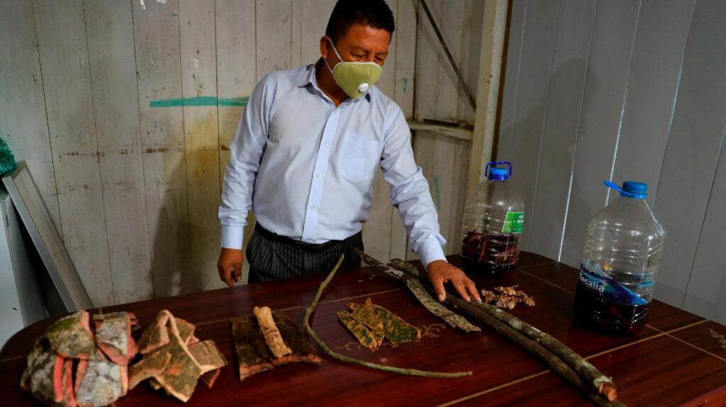 Indígenas de Ecuador buscan combatir el coronavirus con saberes ancestrales