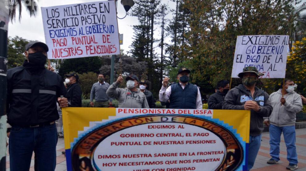Dirigentes del Instituto de Seguridad Social de las Fuerzas Armadas del Ecuador (Issfa) hicieron un plantón en Cuenca para reclamar los atrasos del Gobierno, este 8 de julio de 2020.