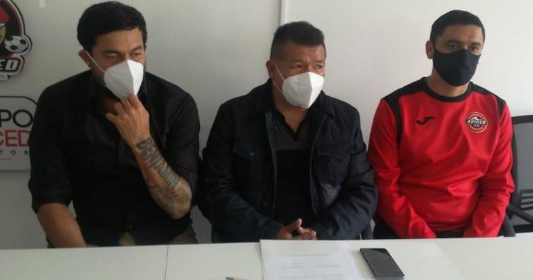 Jaime Iván Kaviedes, en su presentación como jugador del Aviced FC, junto al presidente del club y el director técnico.