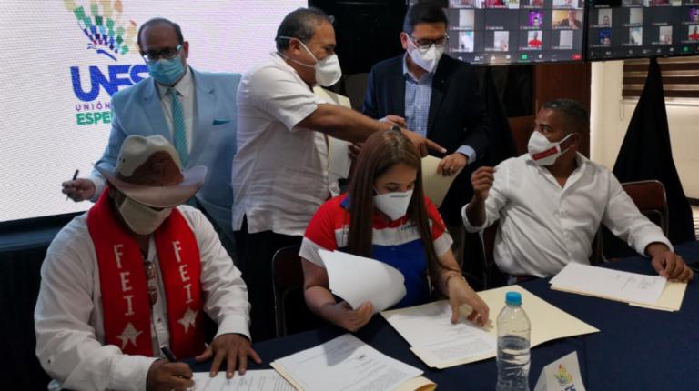 Seis de los ocho firmantes que dieron vida este 8 de julio de 2020 a la alianza UNES, que aglutina al correísmo.