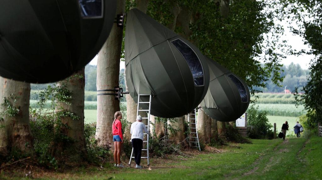 Los belgas pasan vacaciones en los árboles ya que el Covid-19 les impide viajar