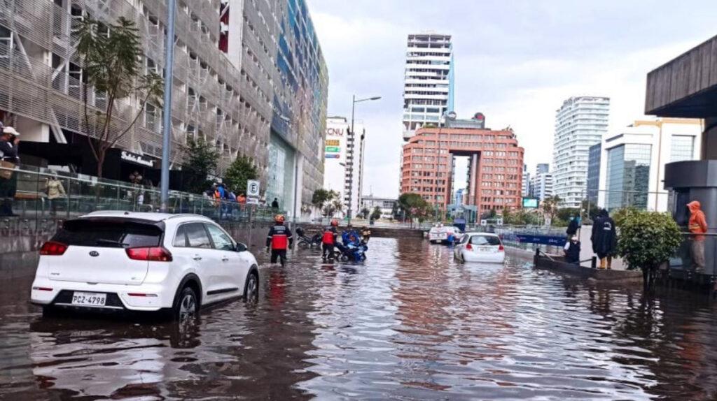 Lluvia en Quito inunda momentáneamente la Plataforma Financiera