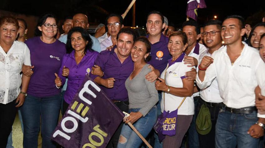 Ignacio Mendoza (centro), junto a su hijo Daniel, en un evento de su campaña para la Alcaldía de Sucre, el 22 de marzo de 2019.
