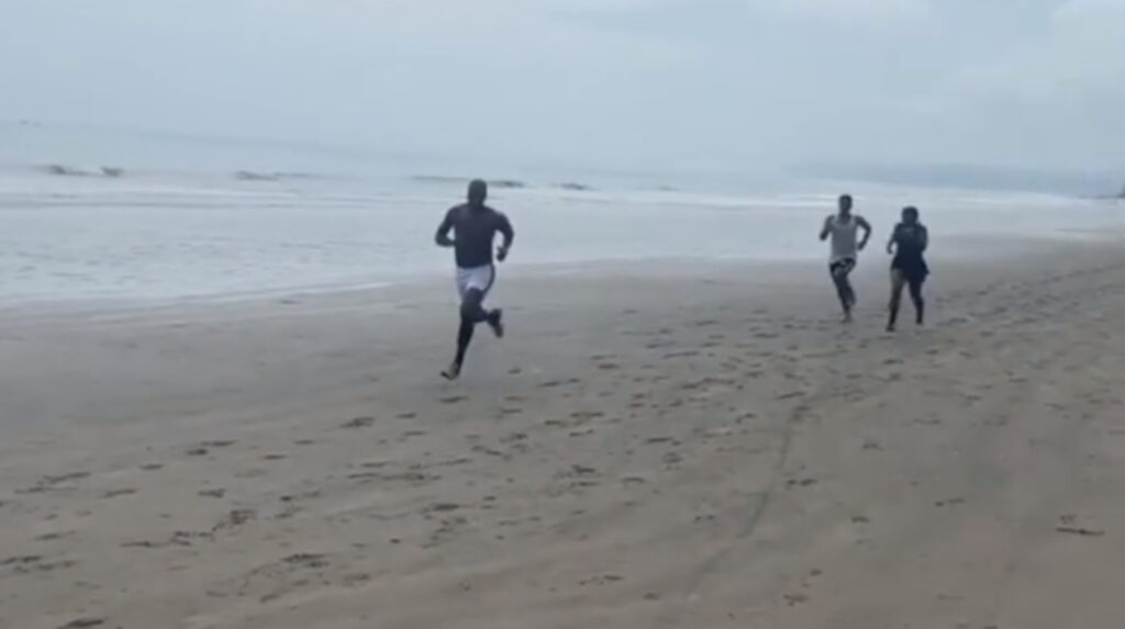 Antonio Valencia se entrena en la playa mientras decide su futuro