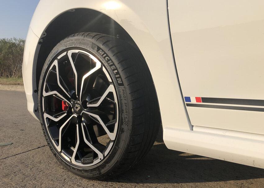 Las Michelin Pilot Sport son hermosas y muy efectivas, pero hay que cuidarlas. ¿La banderita francesa? Es porque es un auto aprobado por RenaultSport Francia.
