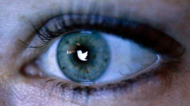 Imagen ilustrativa. Logo de Twitter reflejado en ojo de un usuario.