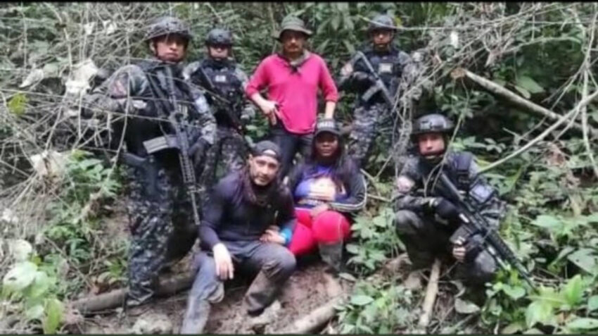 Imagen del rescate, en una zona selvática de Esmeraldas, de Elsy Valencia, quien estuvo secuestrada 11 días. La foto fue difundida por la Policía y el Ministerio de Gobierno.