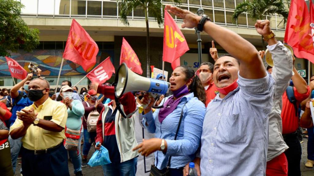 UNE protesta en Guayaquil por atraso en los sueldos de los profesores