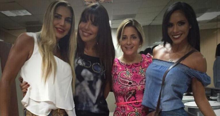 Karina Cadena (primera desde la izquierda),  junto a otras modelos, el 8 de abril de 2016.