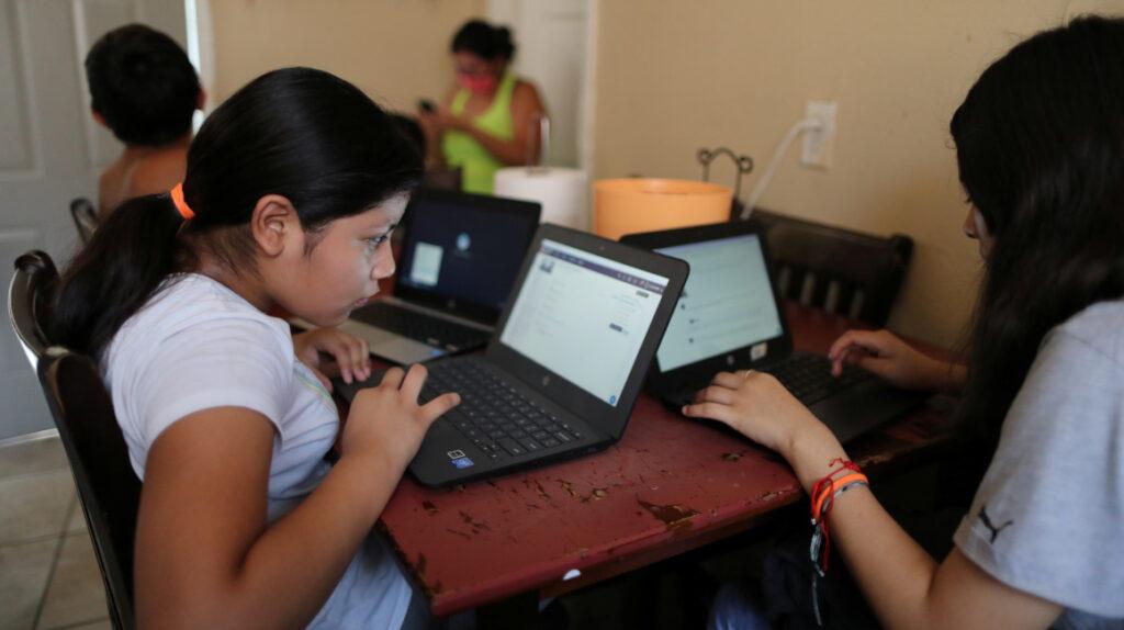 Solo el 45,5% de hogares en Ecuador tiene acceso a Internet, según el INEC