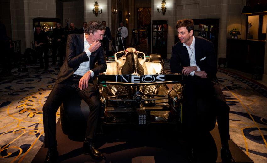 Jim Ratcliffe, dueño de Ineos y Toto Wolff, director ejecutivo del equipo Mercedes, posan para una foto con el auto Mercedes en el Royal Automobile Club de Londres, el 10 de febrero de 2020.
