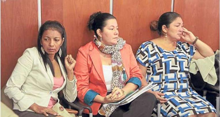 Dolores Briones (i), Dolores Vélez y Dolores Guerra. Sus esposos fueron asesinados en el operativo a la farmacia Fybeca de Guayaquil en noviembre de 2003. El caso ya tiene sentencia, pero el Estado aún no las indemniza.