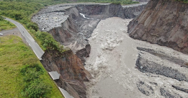 Socavamiento producido por la erosión del río Coca.