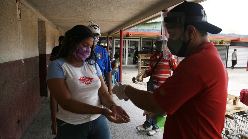 Alcalde venezolano marca casas de pacientes con Covid-19