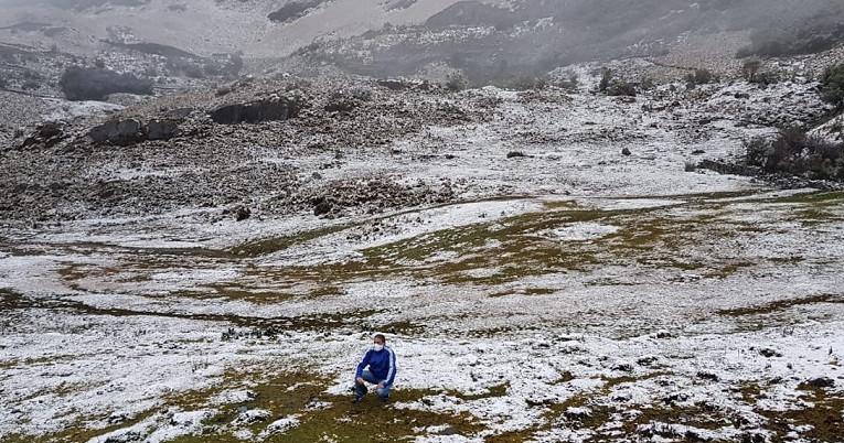 Parque Nacional Cajas cubierto de nieve, este 21 de agosto de 2020.