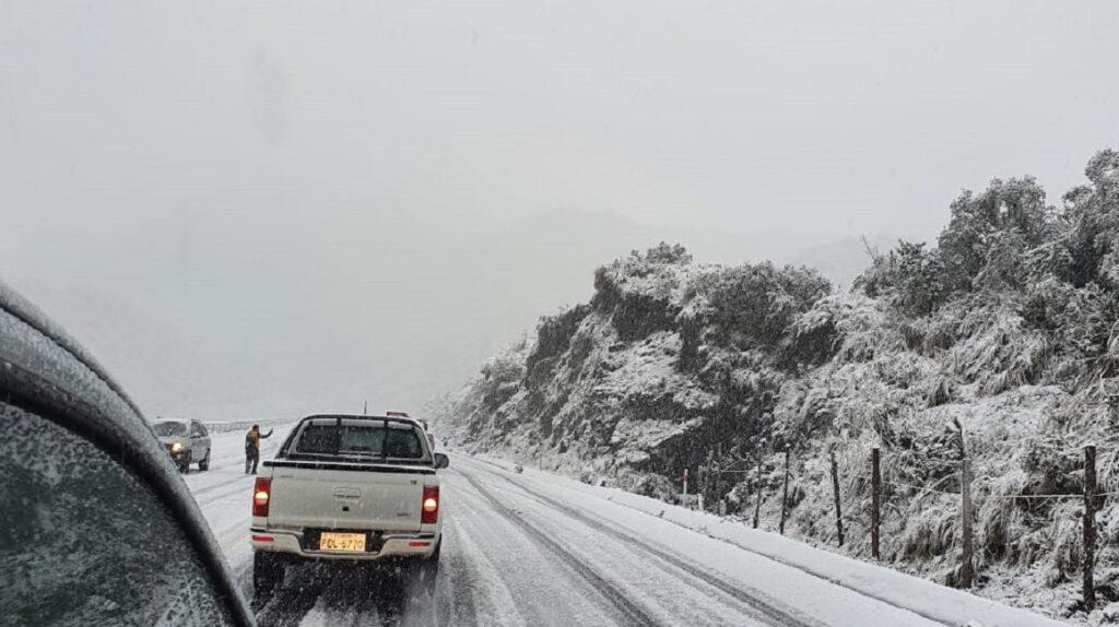 ECU 911 reporta caída de nieve en un sector de la vía a Papallacta