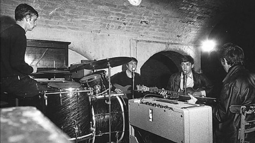 The Beatles durante un ensayo en The Cavern, en 1962.